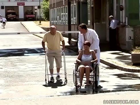 Behaarde oma wordt ondergepist