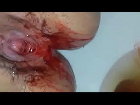 Zwaar bloedende vagina wordt geneukt tijdens heftige menstruatie