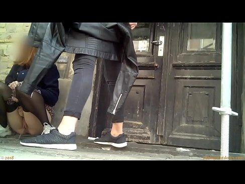 Plas voyeur video – gluren naar plassende kutjes