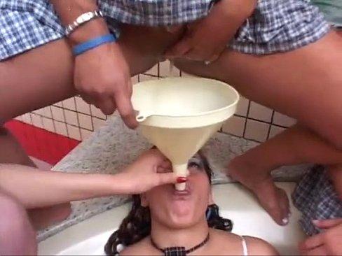 外人 飲尿いじめ