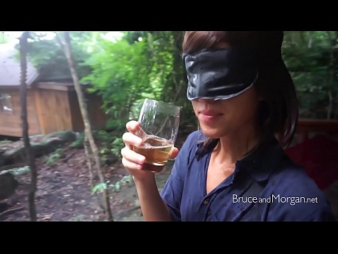 Geblindoekt moedertje drinkt een glas urine leeg!