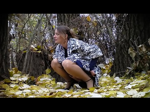 Pissende bruid in het bos!