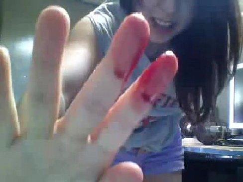 Tiener vingert bloed uit haar ongestelde kutje