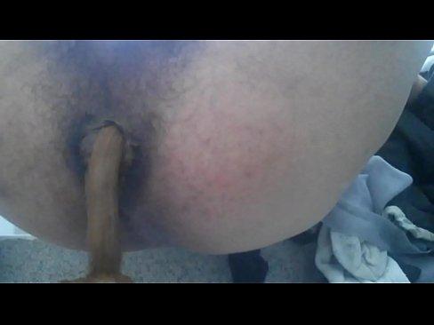 Harige homo poept en pist tegelijkertijd voor de webcam