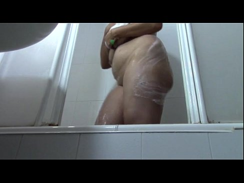 Moeder en zoon hebben incest plasseks in de badkamer
