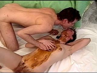 Moeder met kleine borsten doet aan poepseks met pappa
