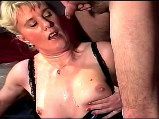 Blonde moeder kakt over het gezicht van haar man