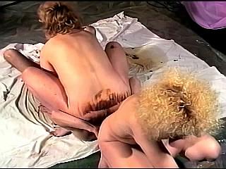 Duitse amateurs poepen in hun broekje en eten kak
